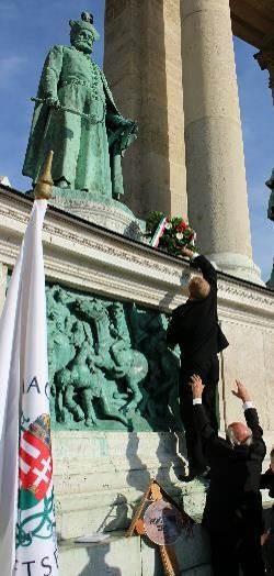 Koszorúzással kezdődött Bocskai István szobránál, a Hősök terén október 15-én, verőfényes napsütésben